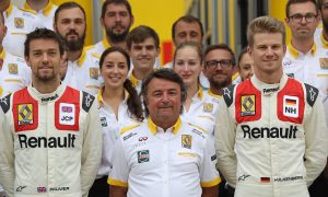 Renault drivers get a commemorative retro team kit