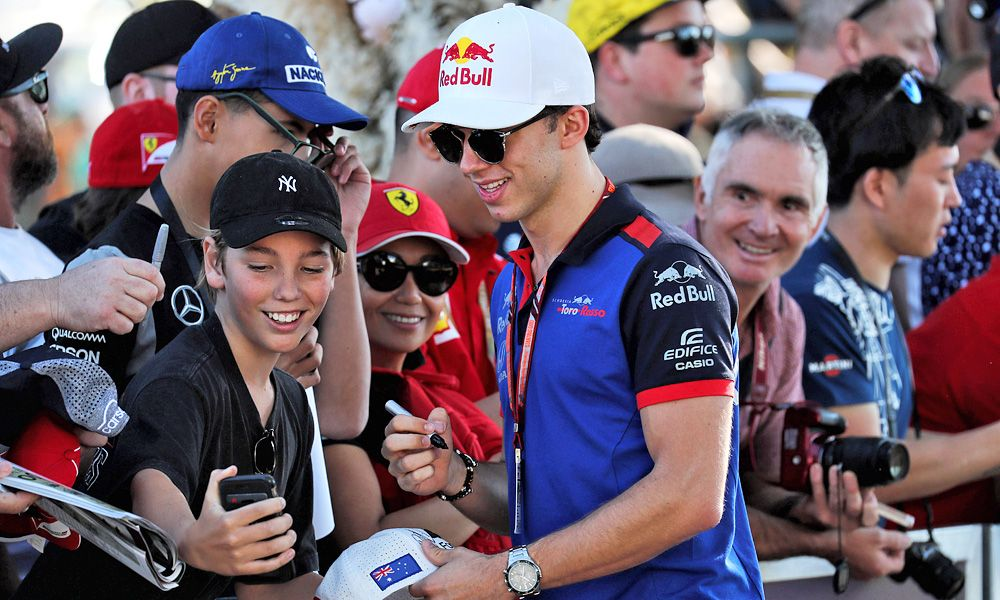 Pierre Gasly (FRA) Scuderia Toro Rosso signs autographs for the fans.